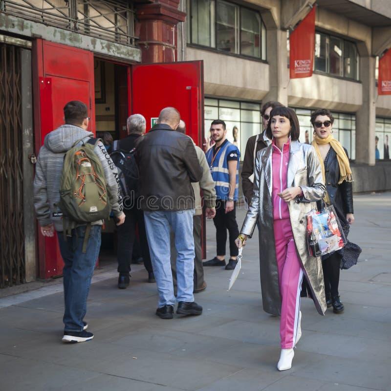 Stilvolle Teilnehmer, die außerhalb 180 den Strang für London Fashion Week erfassen stockbild