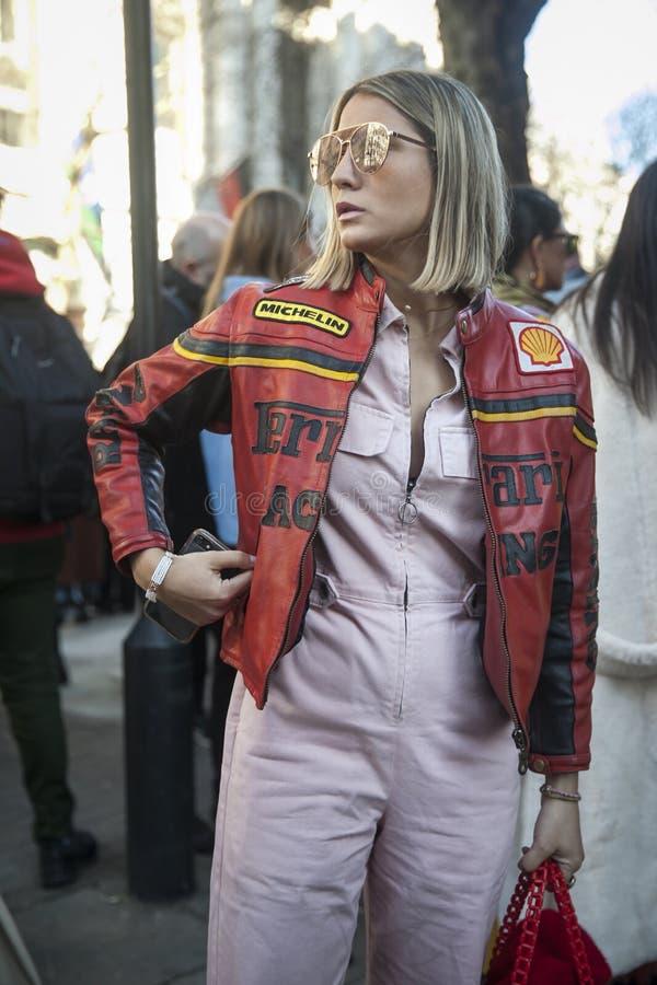 Stilvolle Teilnehmer, die außerhalb 180 den Strang für London Fashion Week erfassen lizenzfreie stockbilder