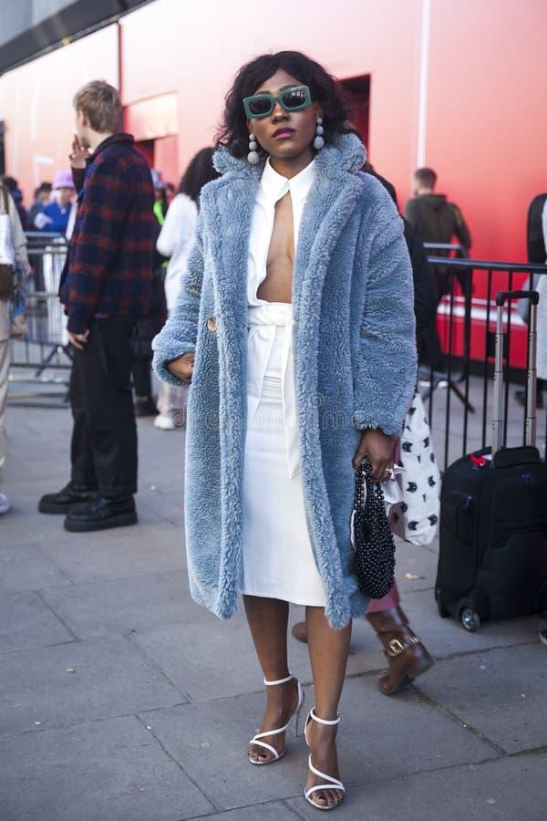 Stilvolle Teilnehmer, die außerhalb 180 den Strang für London Fashion Week erfassen stockfotos