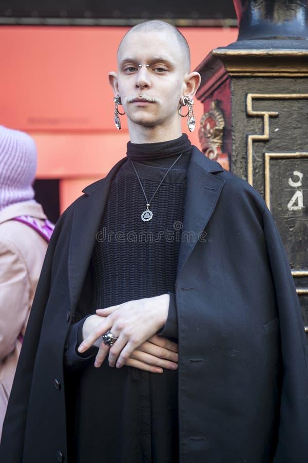 Stilvolle Teilnehmer, die außerhalb 180 den Strang für London Fashion Week erfassen lizenzfreies stockbild