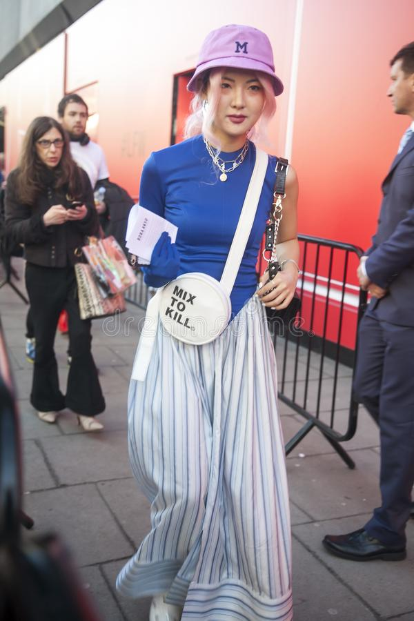 Stilvolle Teilnehmer, die außerhalb 180 den Strang für London Fashion Week erfassen lizenzfreies stockfoto
