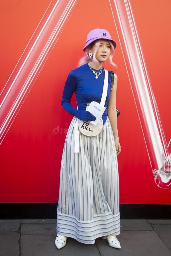 Stilvolle Teilnehmer, die außerhalb 180 den Strang für London Fashion Week erfassen stockfotografie