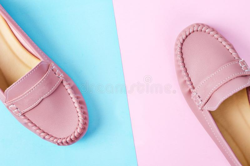 Stilvolle weibliche Schuhe in den Pastellfarben stockbilder