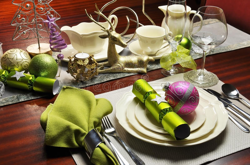 Stilvolle Weihnachtsabends-Abendtisch-Einstellung. stockbild