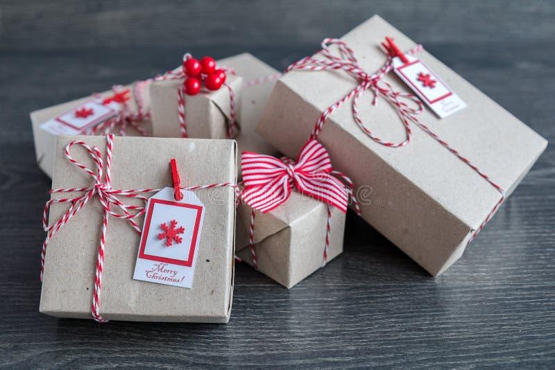 Stilvolle Weihnachtsgeschenke handgemacht stockbilder