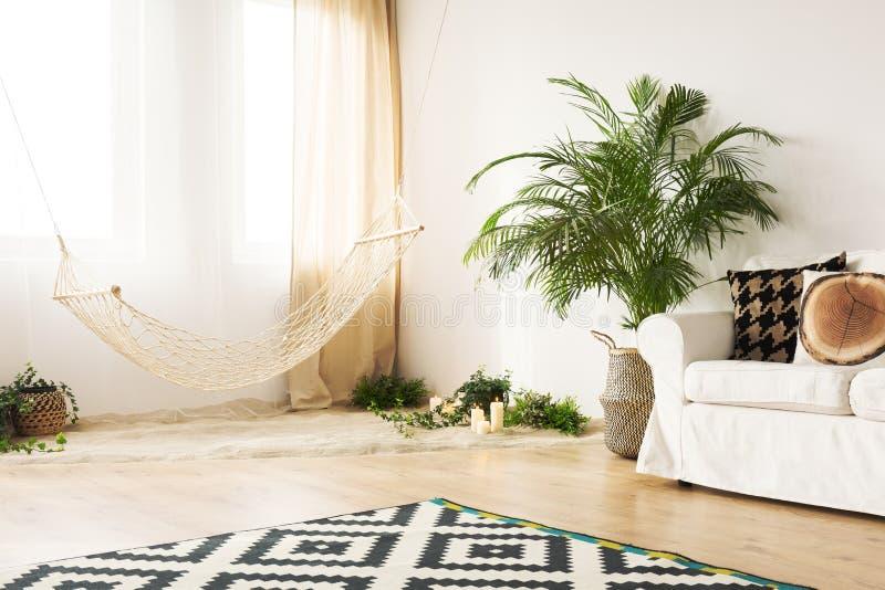 Stilvolle Wohnung mit Hängematte lizenzfreie stockfotografie