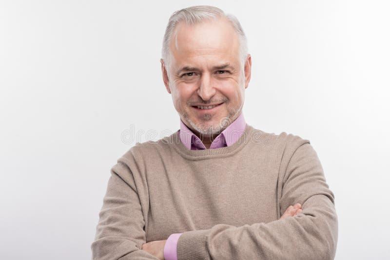 Stilvoller älterer Professor, der extrem aufgeregt glaubt, bevor Vortrag gegeben wird stockfotos