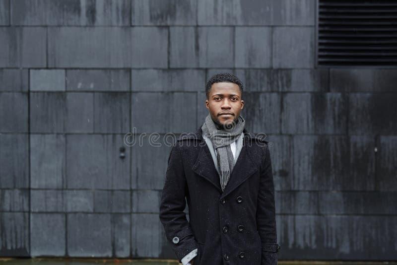 Stilvoller afrikanischer Mann in der Straße lizenzfreie stockfotografie