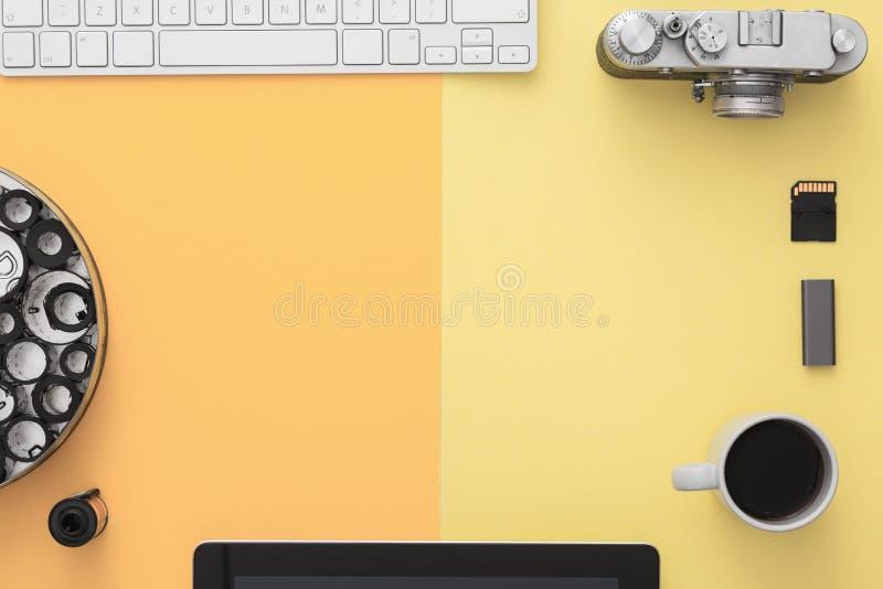 Stilvoller Arbeitsplatz des Fotografen Flache Lage stockfotos