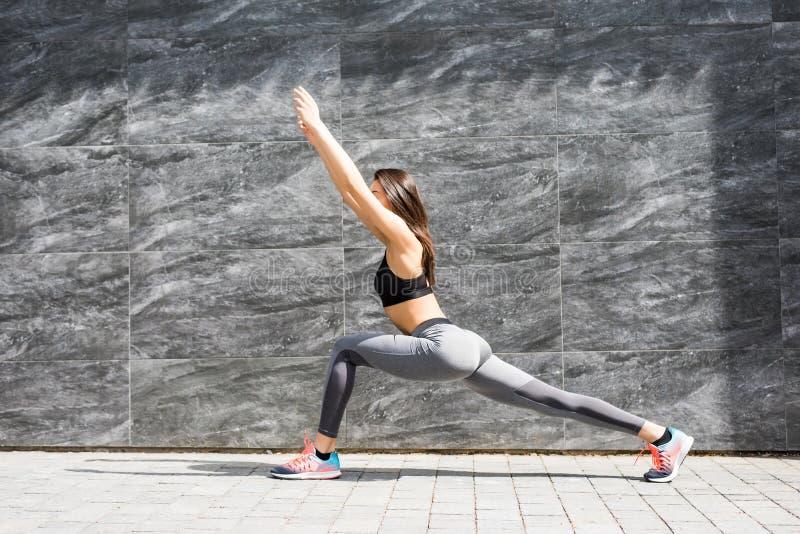Stilvoller attraktiver junger weiblicher Läufer beim Sportkleidungshandeln warm lizenzfreies stockbild