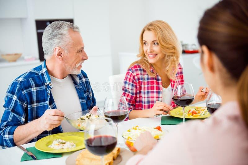 Stilvoller, attraktiver, netter, festlicher, netter Senior im casua lizenzfreies stockfoto