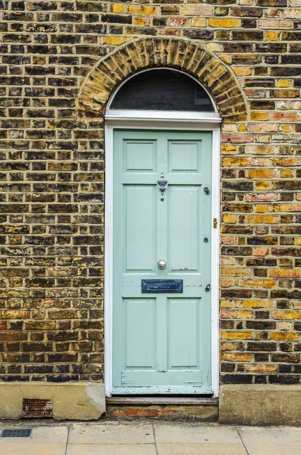 Stilvoller Eingang zu einem Wohngebäude, ein interessantes facad lizenzfreies stockfoto