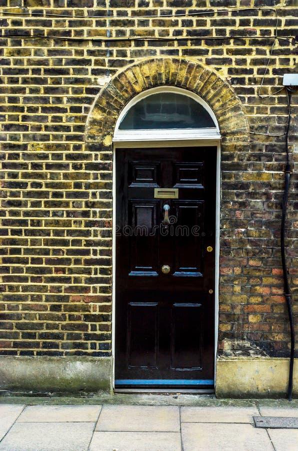 Stilvoller Eingang zu einem Wohngebäude, ein interessantes facad lizenzfreie stockbilder