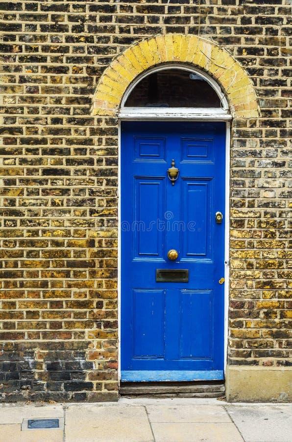 Stilvoller Eingang zu einem Wohngebäude, ein interessantes facad stockfoto