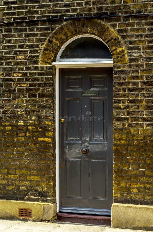Stilvoller Eingang zu einem Wohngebäude, ein interessantes facad stockbilder