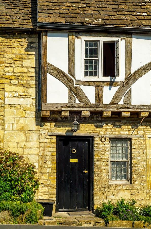 Stilvoller Eingang zu einem Wohngebäude, ein interessantes facad lizenzfreies stockbild