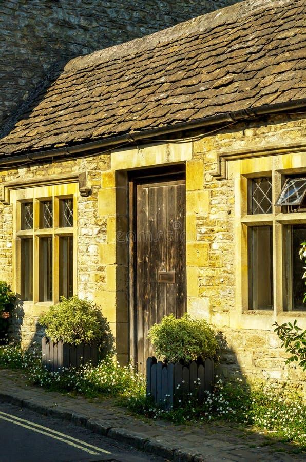Stilvoller Eingang zu einem Wohngebäude, ein interessantes facad lizenzfreie stockfotos