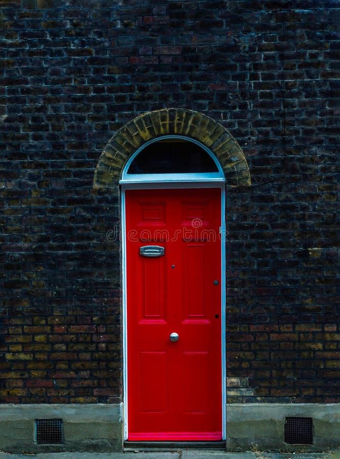 Stilvoller Eingang zu einem Wohngebäude, eine interessante Fassade stockbild
