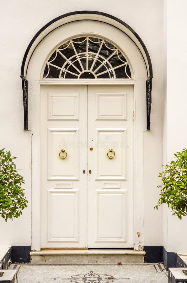 Stilvoller Eingang zum Gebäude mit charakteristischen Bögen mit stockbild