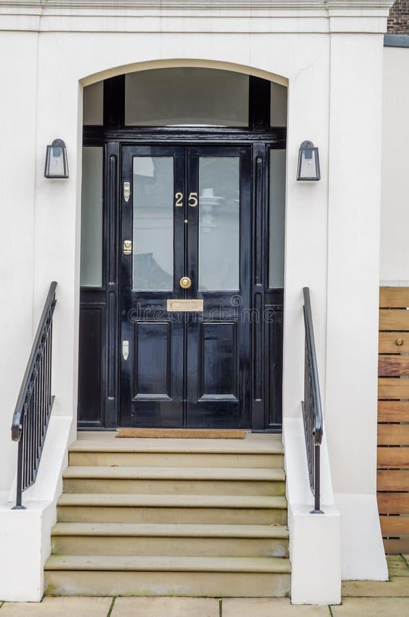 Stilvoller Eingang zum Gebäude, zu den schönen Metallgeländern oder lizenzfreie stockfotos