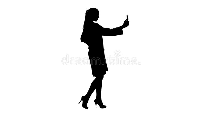Stilvoller europäischer Brunette Doktor des Schattenbildes, der selfie am Telefon beim Gehen nimmt vektor abbildung