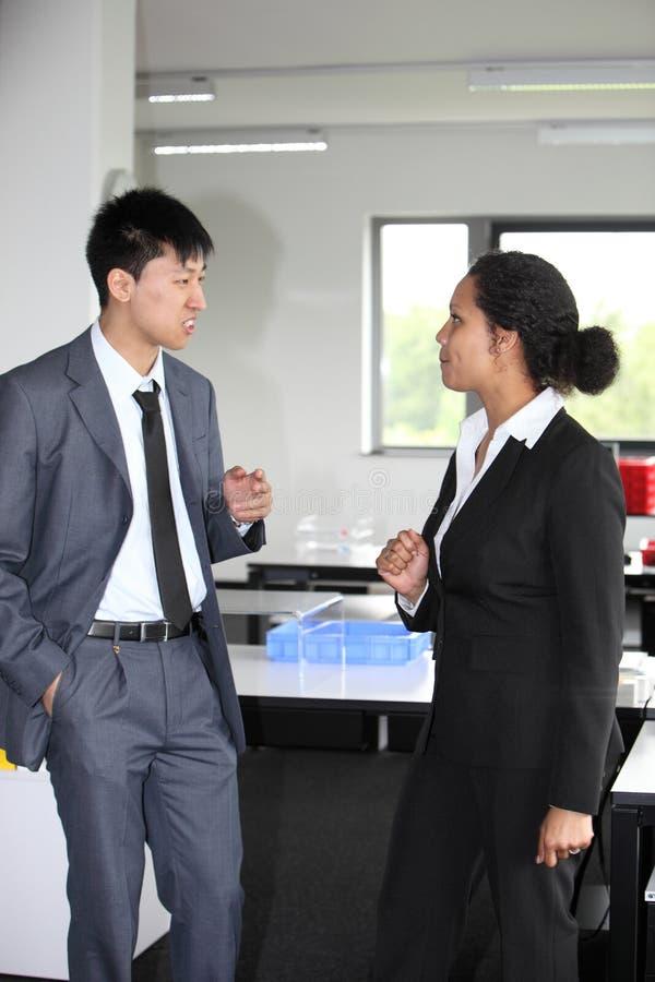 Stilvoller Geschäftsmann und Frau in einer Diskussion lizenzfreie stockbilder