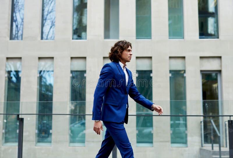 Stilvoller, gut gekleidet Mann, der durch arbeiten geht lizenzfreies stockfoto