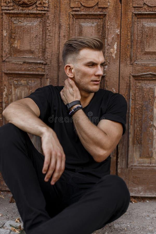 Stilvoller hübscher junger Mann mit Frisur stockfotos