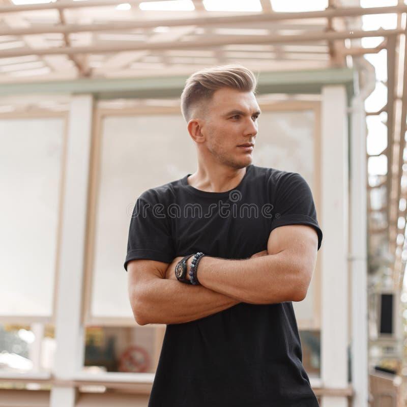 Stilvoller hübscher junger Mode-Modell-Mann mit Frisur lizenzfreies stockfoto