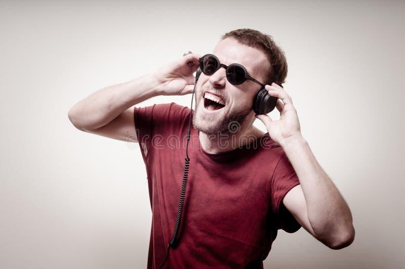Stilvoller Hippie, der Musik hört lizenzfreies stockfoto