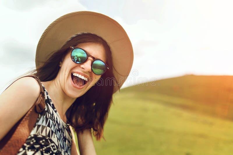 Stilvoller Hippie-Frauenreisender mit moderner Sonnenbrille und h stockfotos