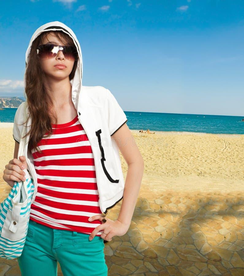 Stilvoller Jugendlicher auf einem Ufer stockfoto