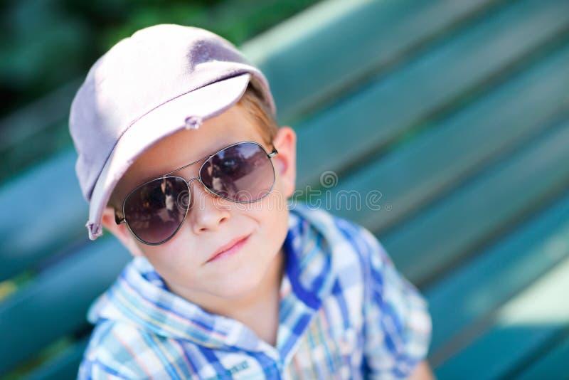 Stilvoller Junge in den Sonnegläsern lizenzfreies stockfoto