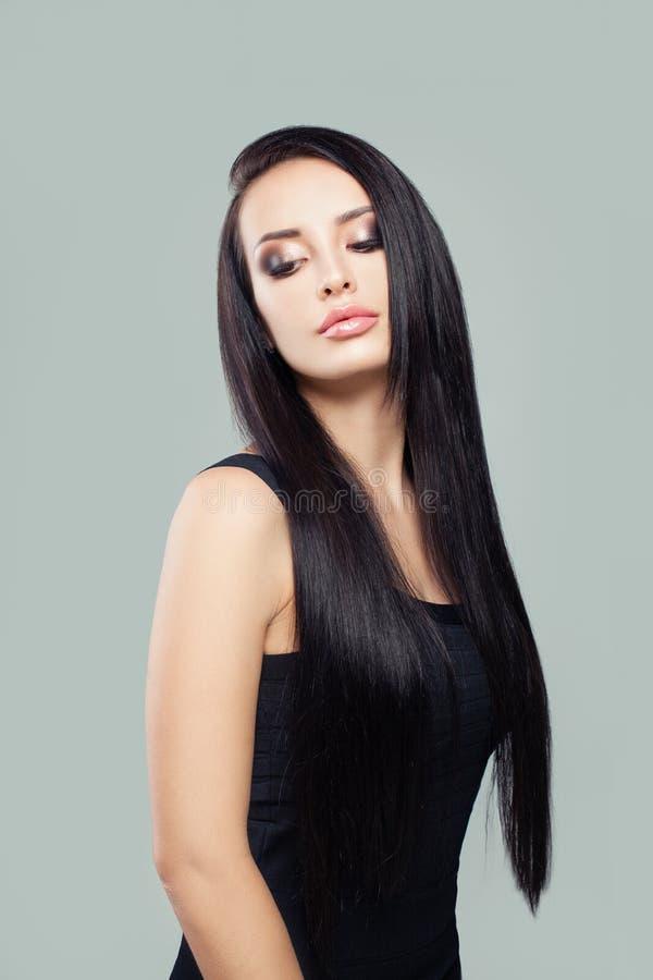 Stilvoller junge Frau Brunette mit dem langen gesunden perfekten geraden Haar und Make-up stockbild