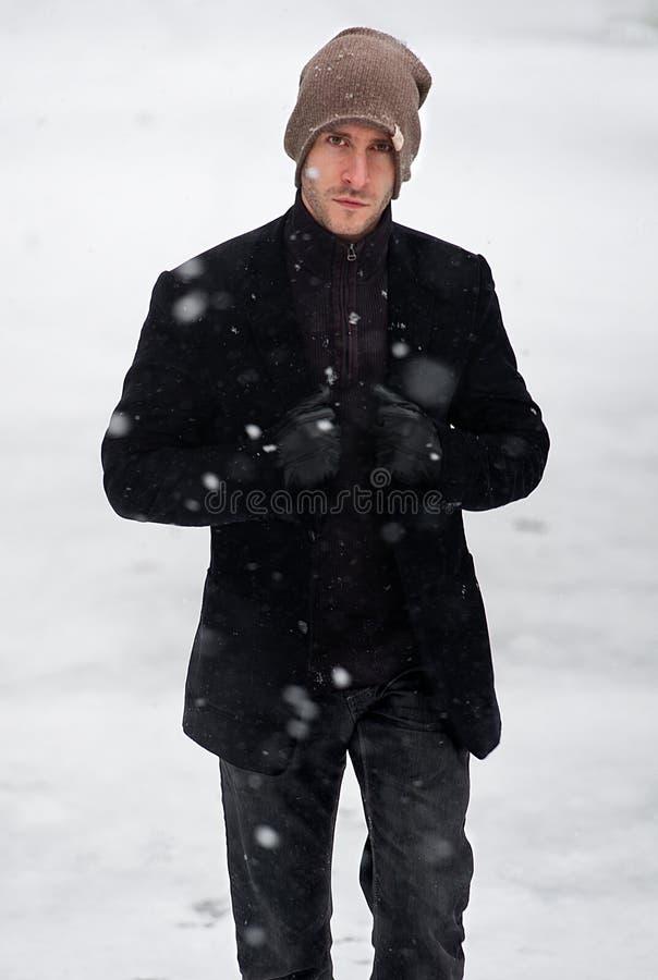 Stilvoller junger Mann im Schneewinterporträt lizenzfreie stockfotos