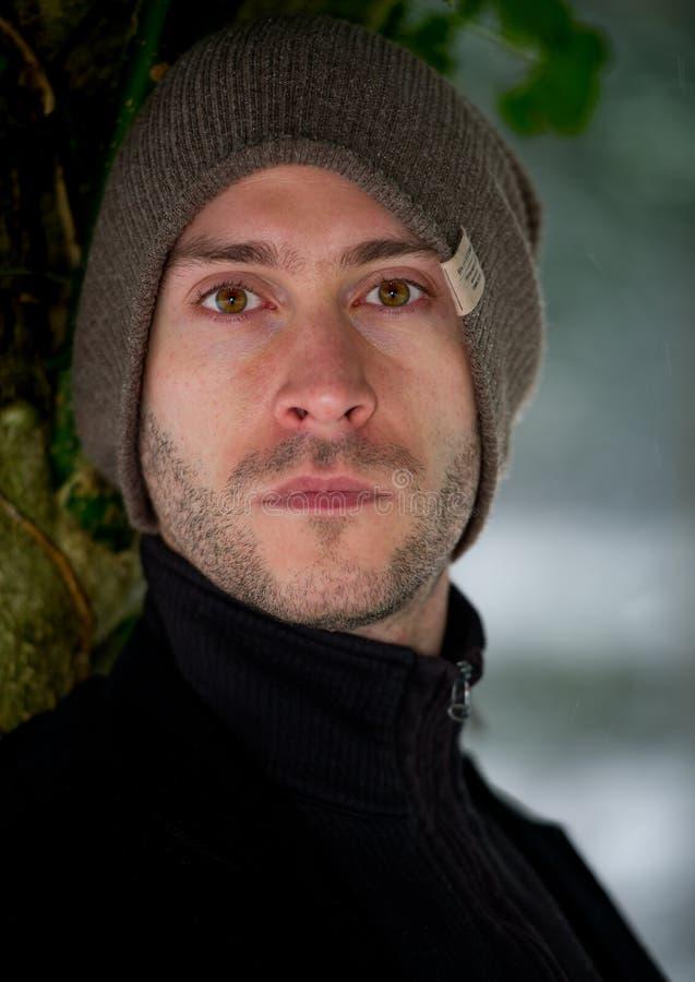 Stilvoller junger Mann im Winterporträt lizenzfreie stockbilder