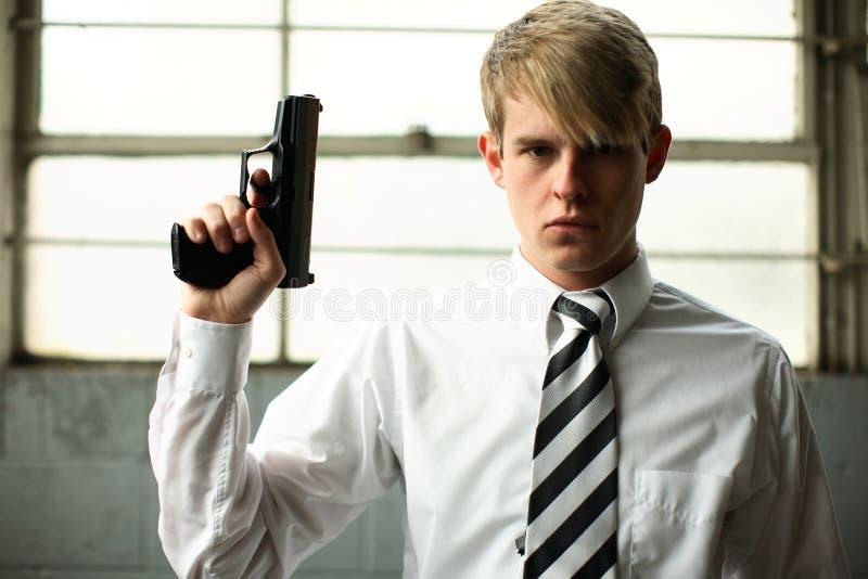 Stilvoller junger Mann mit Gewehr lizenzfreie stockbilder