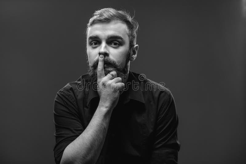 Stilvoller junger rothaariger Mann mit einem Bart und einem Schnurrbart kleidete i stockbilder