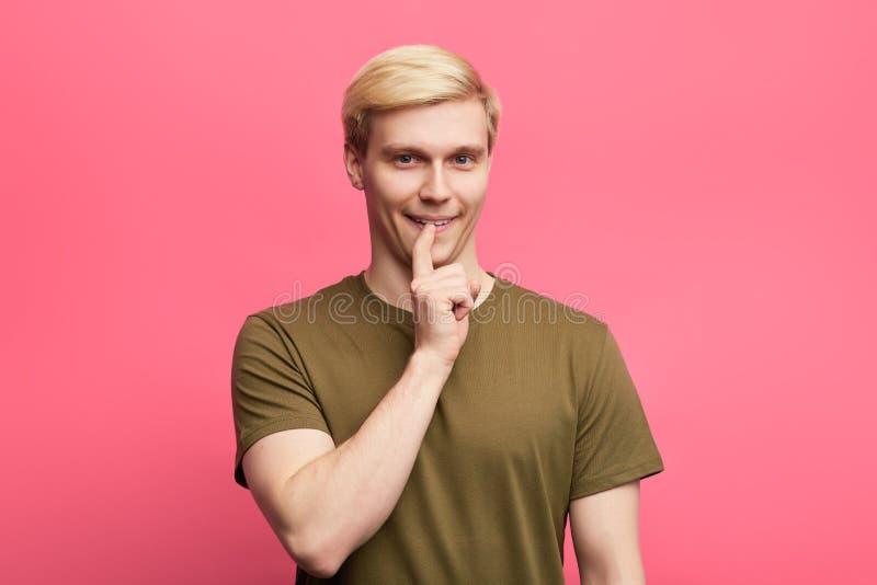 Stilvoller Kerl Attracive, der auf seine Zähne zeigt lizenzfreies stockbild