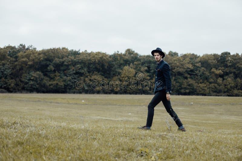 Stilvoller Mann auf einem grünen Feld lizenzfreies stockbild