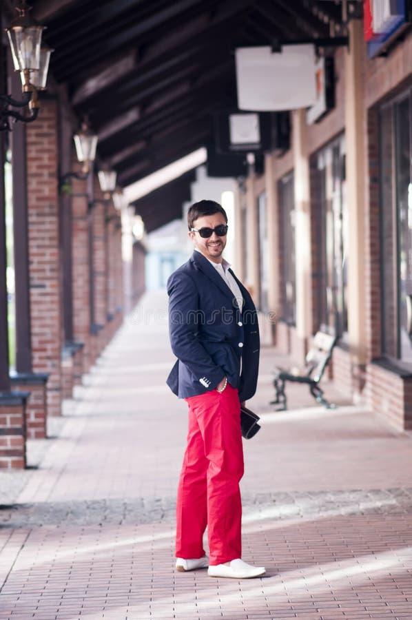 Stilvoller Mann auf Weg stockbild
