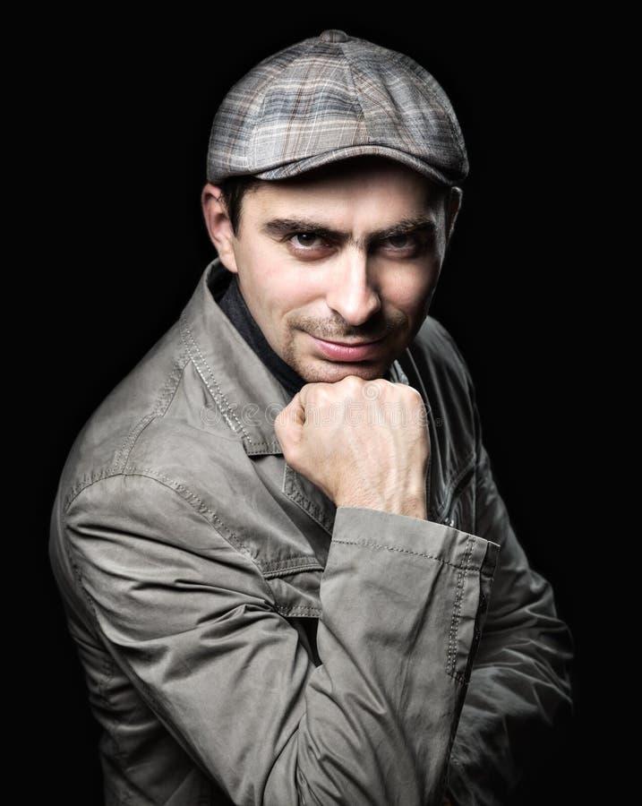 Stilvoller Mann in der Haltung des Bauens auf seine Faust stockfoto