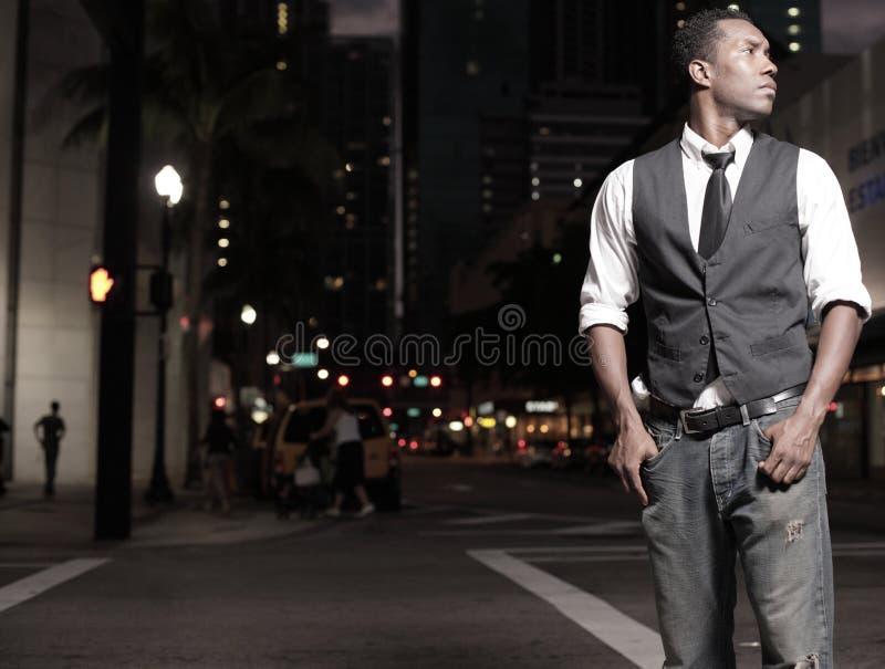 Stilvoller Mann in der Stadt nachts lizenzfreies stockbild