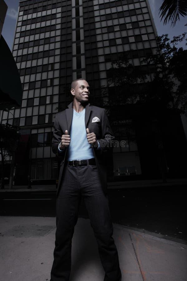 Stilvoller Mann in der Stadt nachts lizenzfreie stockfotos