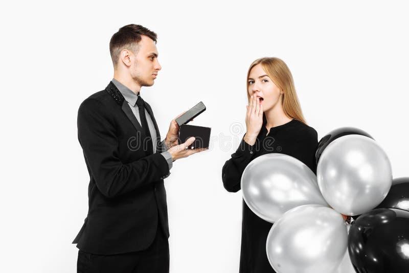 Stilvoller Mann in einer Klage macht einen Antrag für Heirat zu einem Mädchen wh stockfotografie
