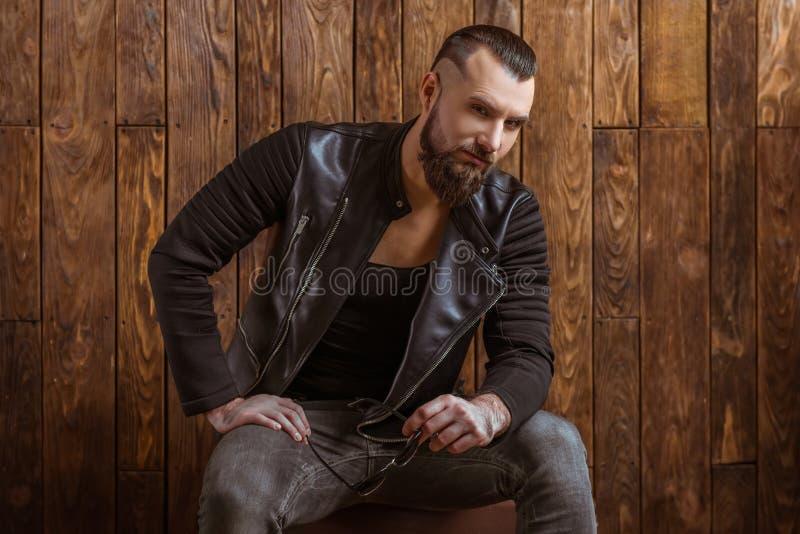 Stilvoller Mann mit Bart lizenzfreies stockfoto