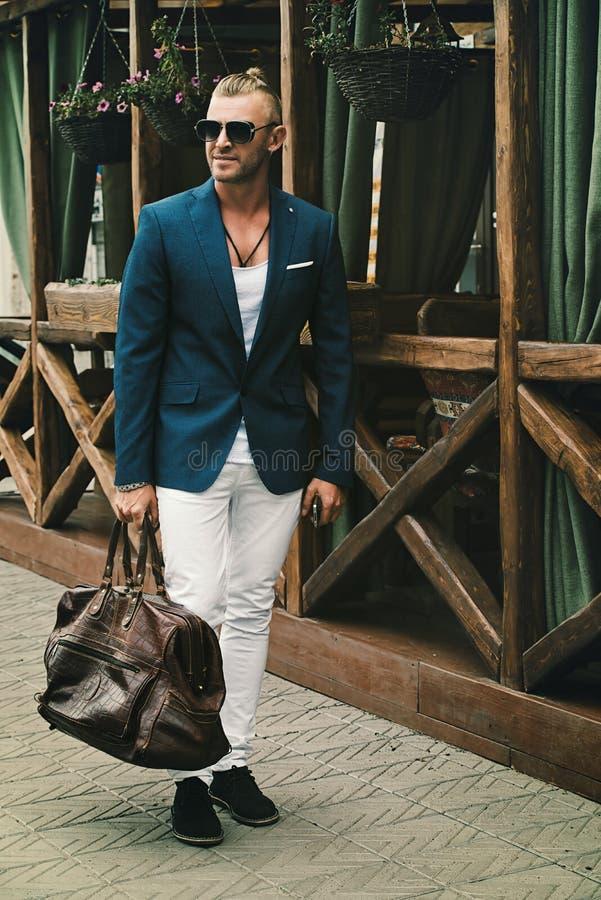Stilvoller Mann mit Tasche lizenzfreies stockfoto