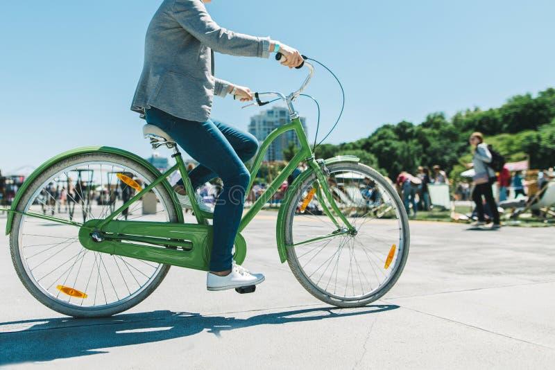 Stilvoller Mann reitet eine schöne Stadtpark-Fahrradfahrt Weg auf einem Fahrrad Gehendes Fahrrad des aktiven Restes stockbild