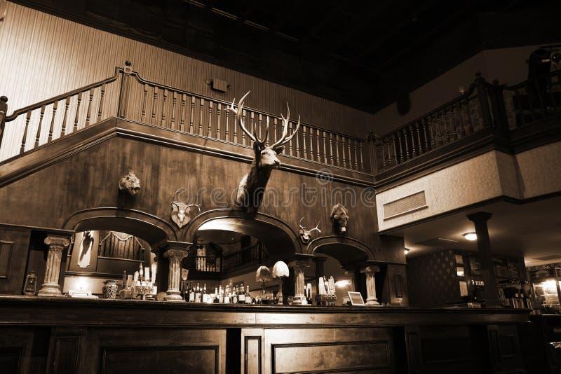 Stilvoller Nachtstab mit Retro- Dekor im Sepia stockfotografie