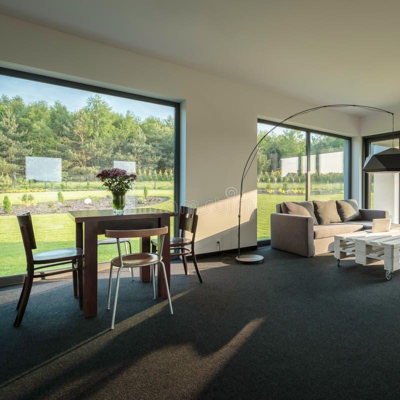 Stilvoller Raum mit schöner Ansicht stockfotografie